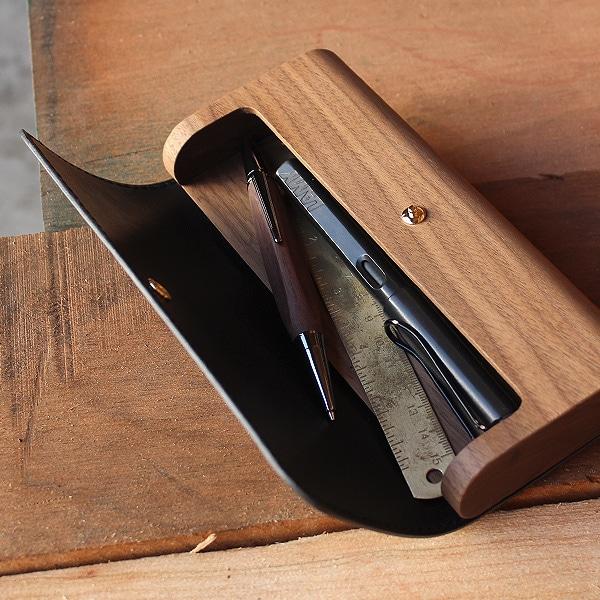 革のカバーは大きく開くので、文房具やペンをスムーズに取り出せるようになっています。