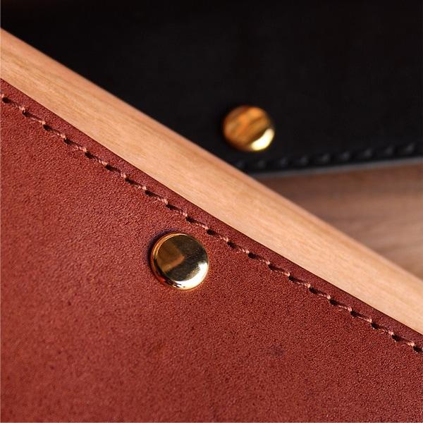 使い込む程に木と革の風合いが深みを増し、愛着もって筆箱・ペン入れを育てることができます。