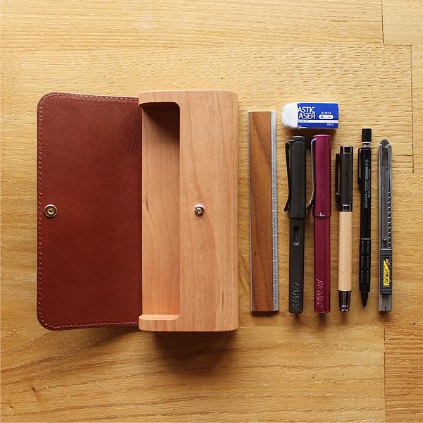 約160×φ16mm迄のペンを収納可能、目安として写真の文房具を全て入れる事ができます。