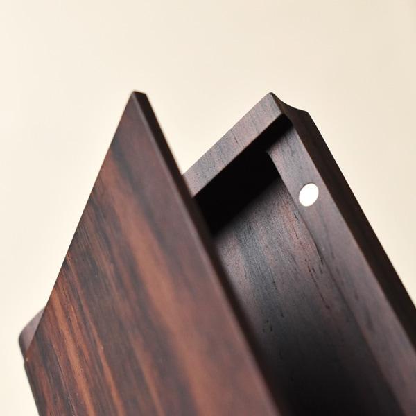 名刺ケースの縁のゆるやかな曲面が指にかかり、開閉がしやすくなっています。