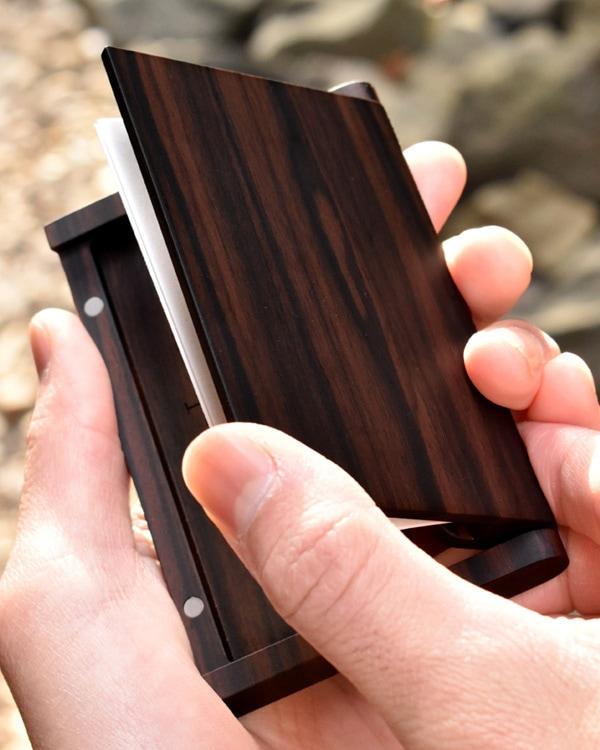木製なのにスリムでシンプルな名刺入れ「Hacoa CardCase 黒檀」