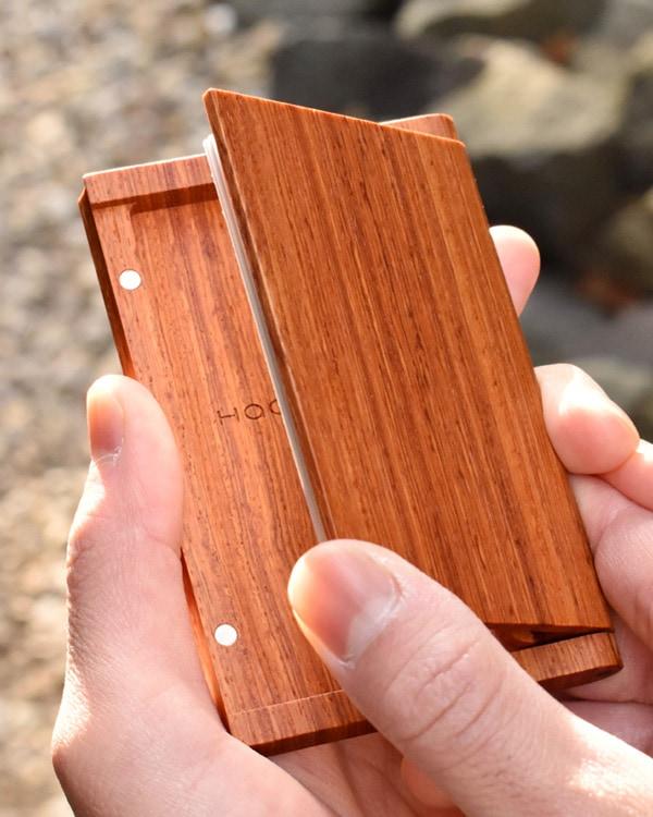 木製なのにスリムでシンプルな名刺入れ「Hacoa CardCase カリン」