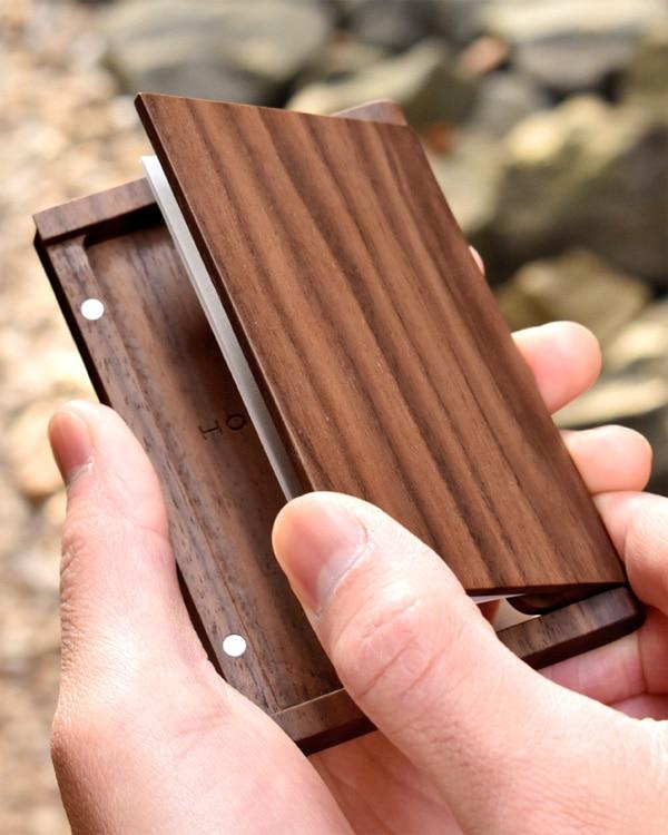 木製なのにスリムでシンプルな名刺入れ「Hacoa CardCase メープル/ウォールナット」