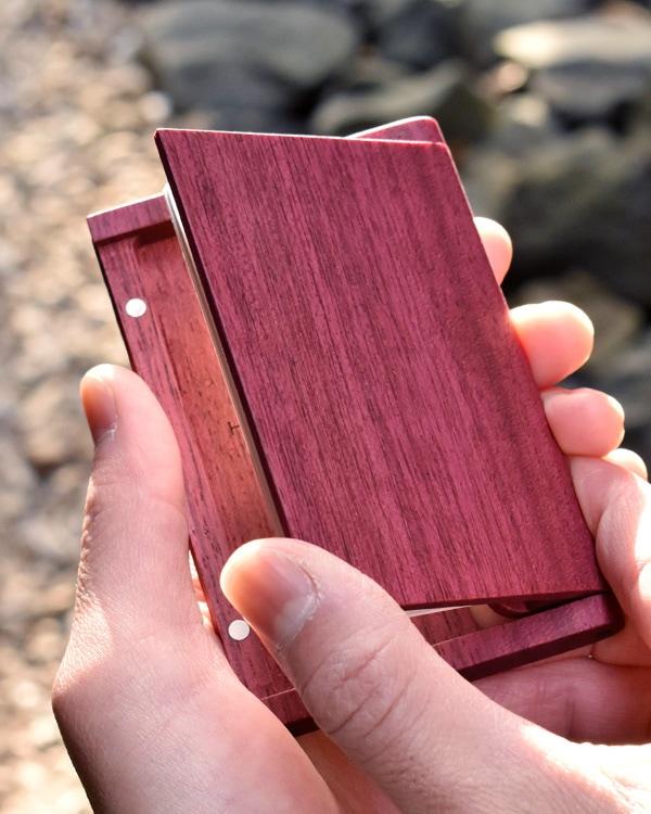 木製なのにスリムでシンプルな名刺入れ「Hacoa CardCase パープルハート」