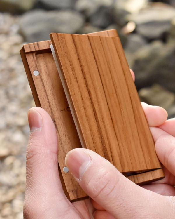 木製なのにスリムでシンプルな名刺入れ「Hacoa CardCase チーク」