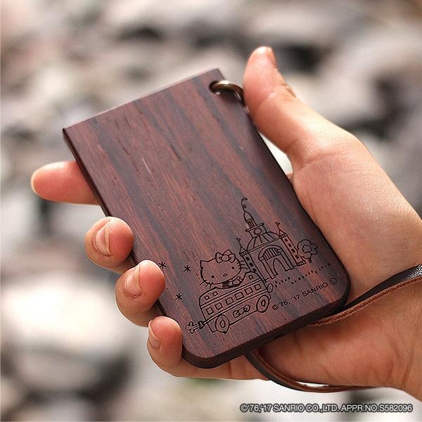 サンリオのキャラクター「ハローキティ」とコラボした木製ICパスケース