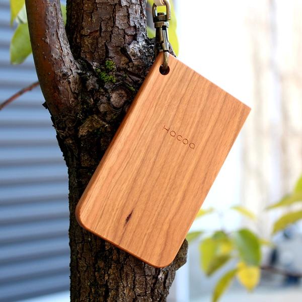 木の風合いがあたたかな木製の定期入れ。キティちゃんとのコラボ