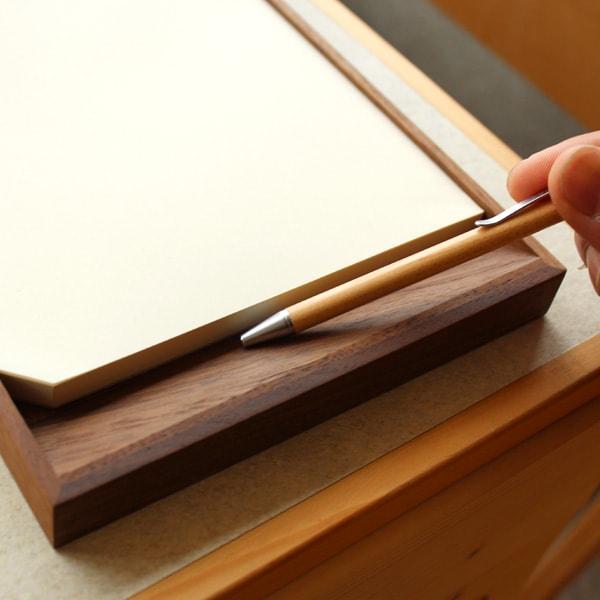 斜めになったペントレイスペースで筆記具が取り出しやすくなったMDペーパー専用木製メモトレイ