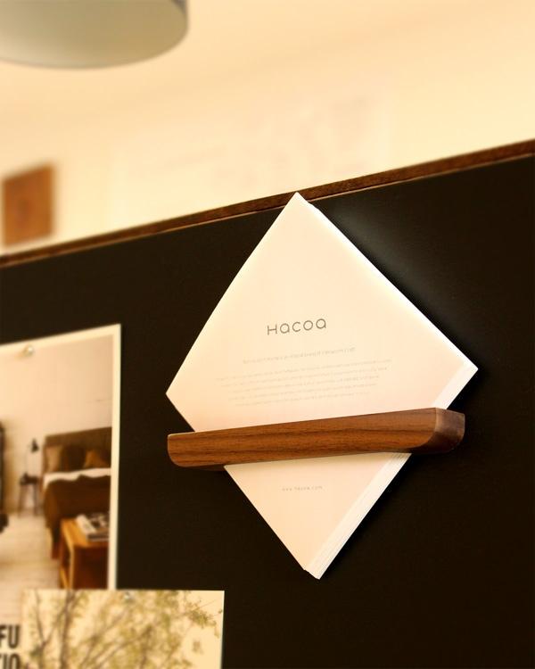 マグネットで壁面に貼り付けてメモを収納しておくための木製メモポケット