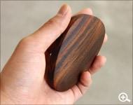 木材なのに重い。不思議な感覚の木製ペーパーウェイト