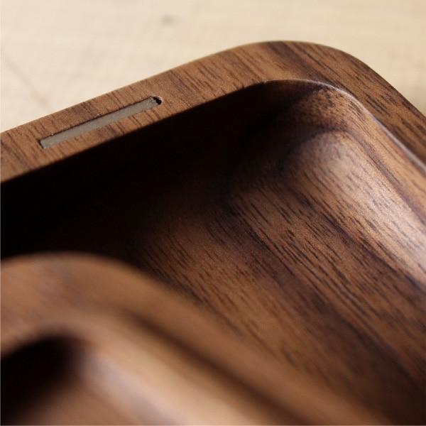 日本の木地職人が高級木材を一つひとつ磨いてペンケースを仕上げています。学生・ビジネスマンが長く愛用できる美しいシンプルデザインです。