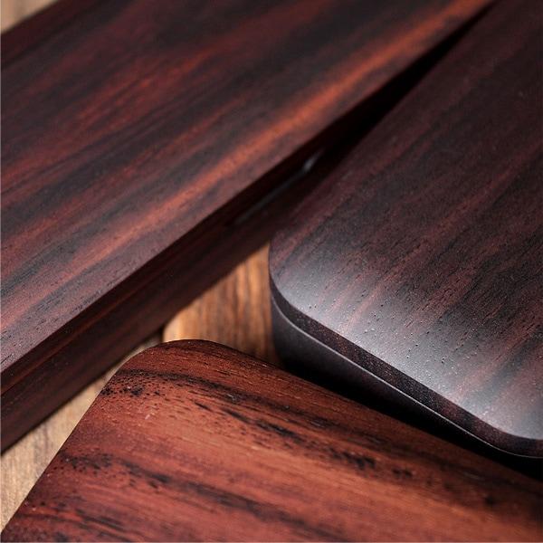 表情豊かなローズウッド、赤紫褐色から紫色を帯びた暗褐色、黒紫色の縞模様をまとったものなど、さまざまな木目が非常に美しい高級木材です。