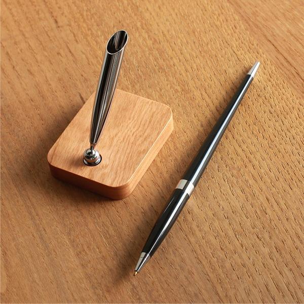 ペン指しに入る専用のペンも1本付属いたします。