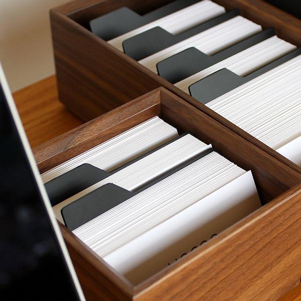 Sサイズには2枚、Lサイズには4枚の黒い仕切板が付属しています