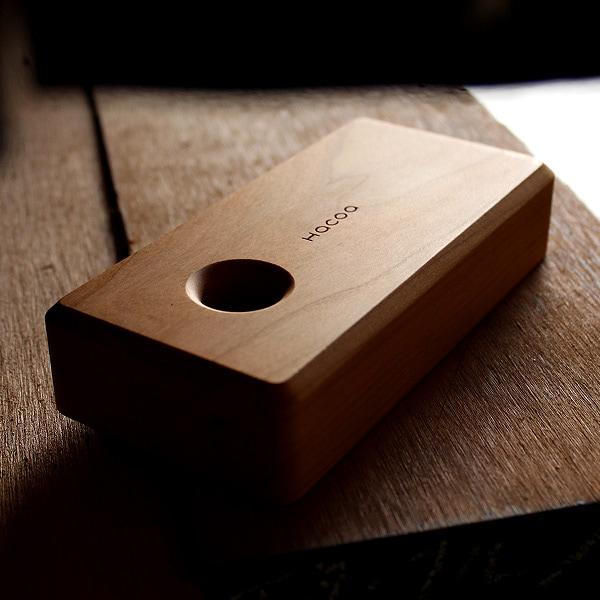 ケース底面のデザイン。底に開いた穴から押し出すことで朱肉ケースの取出しが可能です。