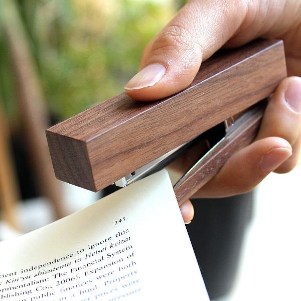 フラットで持ちやすいフォルムは握る面積が広く、針を留めやすい形状になっています。机に置いたまま使用する場合でも安定力があります。