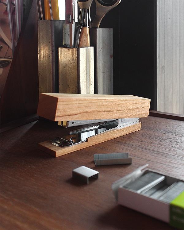 木を削りだしたおしゃれなデザインのホチキス「Stapler」