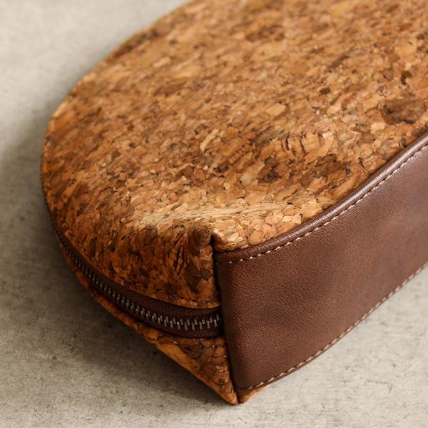 撥水性のあるコルクレザーと合成皮革を使用。水回りも安心な化粧ポーチ・小物入れ