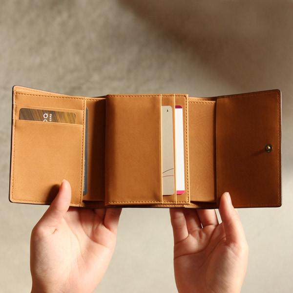 カードや鍵などの小物入れもたっぷり収納可能な三つ折り財布