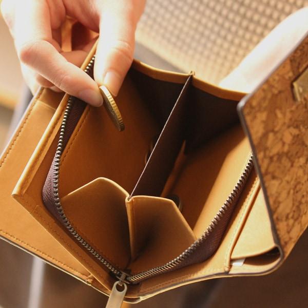 小銭入れが大きく開いて取り出しスムーズなコルクレザーの財布