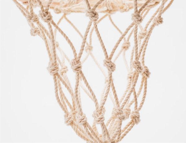 お魚をすくう網は漁師網の編み方でつくっています。丈夫な紐を使っているので永くご愛用いただけます。