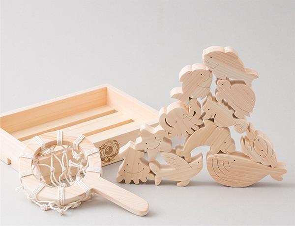 木肌は光沢があり、淡いピンク色や黄味を含んだ白色で、使い込むと飴色になります。また、耐湿・耐水性に優れ、保存性が高いのも特徴です。