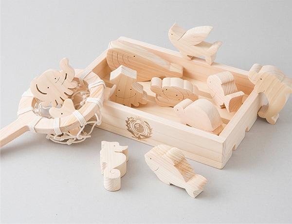 ヒノキは柔らかくて軽い木材で、肌触りはなめらかで優しい感触です。リラックス効果がある成分(ヒノキチオール)を含み、独特の香りが人気。