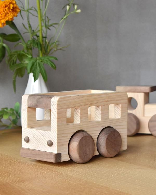 音楽を流して走る国産ヒノキを使った木のおもちゃ「MUSIC BUS」