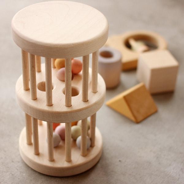 タワーの中でカラフルなボールが心地良い音を立てながら移動する木のラトル・がらがら