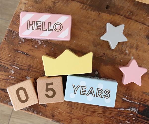 ハッピーモチーフのブロックとパステルカラーのやさしい色合いはご出産祝いのギフトにぴったりです。