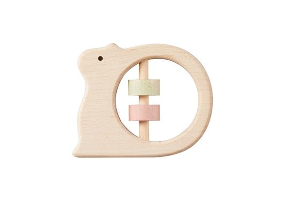 赤ちゃんが五感を使って遊ぶおもちゃには天然木で作ったがらがらを