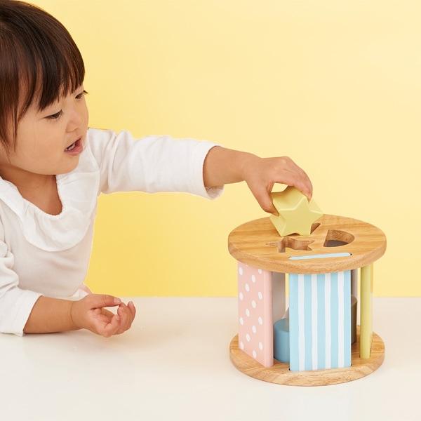 ボックスの穴に同じ形のブロックを入れる型はめ遊びをはじめ、ブロックを積んだり重ねたりするつみき遊びや、ボックスをころころ転がす追いかけっこなどを楽しむこともできます。