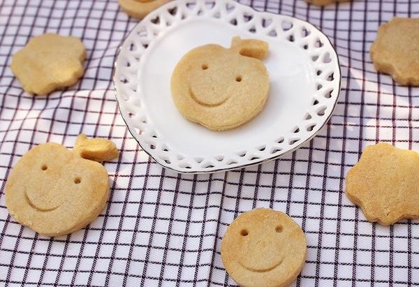 お皿にクッキー