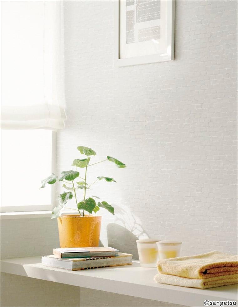 サンゲツSPクロス パターン タイル ブロックを貼ったナチュラルインテリアに相性のよい、ガラスタイルモチーフの清潔感のある部屋