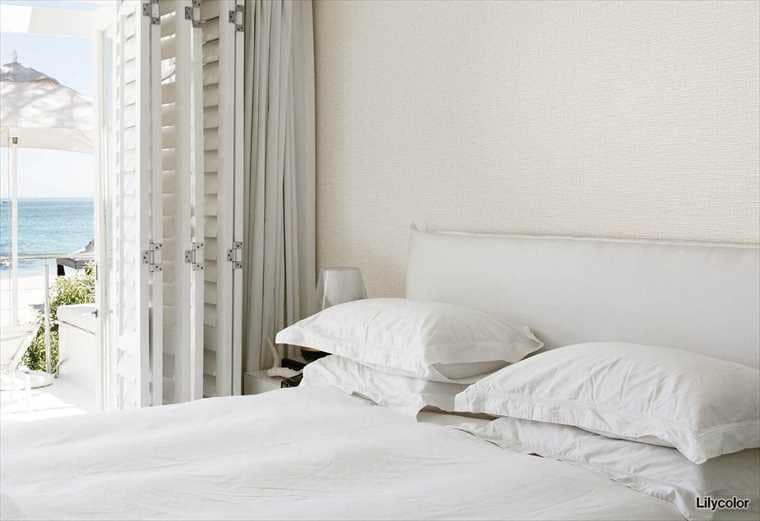 リリカラ、織物調の壁紙を使ったお部屋