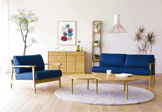 スタンザチェストと青色ソファーの写真
