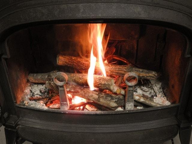 薪ストーブ中で燃えている薪