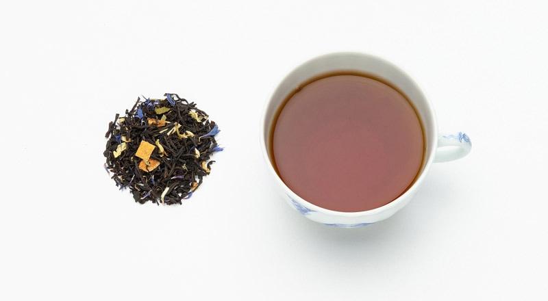 写真:アールグレイスペシャルの茶葉とカップに抽出された紅茶