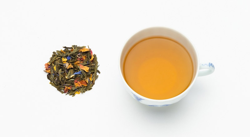 写真:ロイヤルセーデルブレンドの茶葉とカップに抽出された紅茶