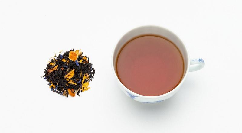 写真:セーデルブレンドの茶葉とカップに抽出された紅茶