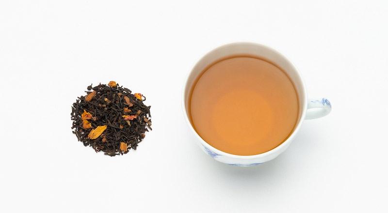 写真:スパイスブレンドの茶葉とカップに抽出された紅茶