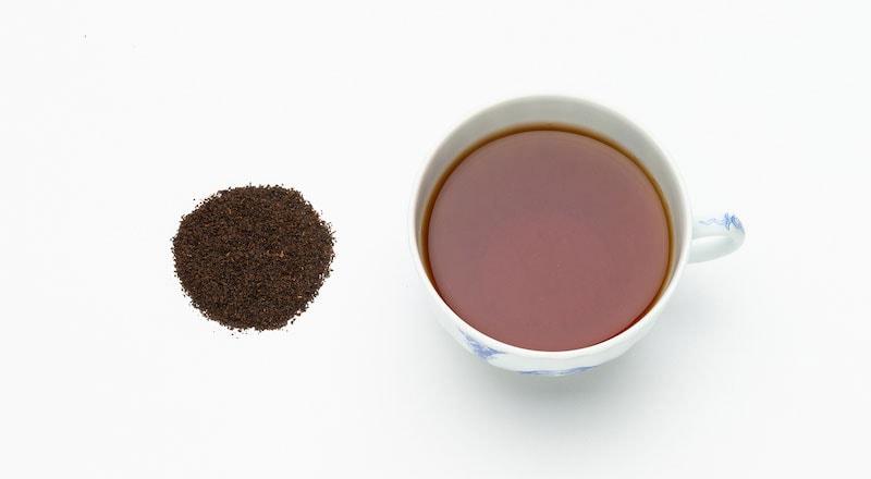 写真:ティーセンターブレンドの茶葉とカップに抽出された紅茶