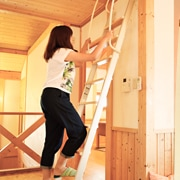 金属製ロフトはしごハイブリッドラダー(木製アルミ)の昇降風景