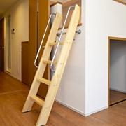 木製ロフトはしごカスタムラダー(ゴールドパイン)の全体画像