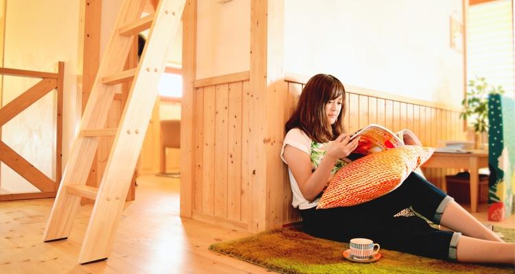 木製ロフトはしごカスタムラダー・部屋でくつろぐ