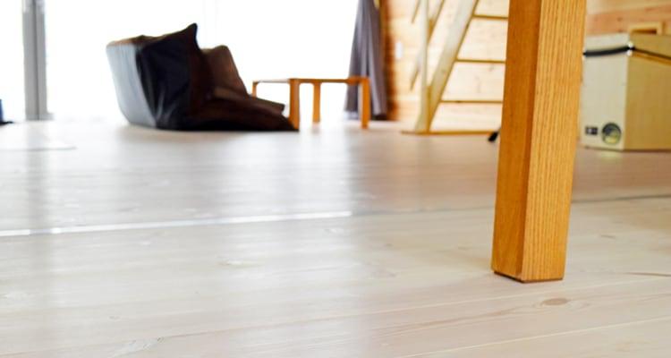 レッドパインフローリング白塗装のテーブル付近