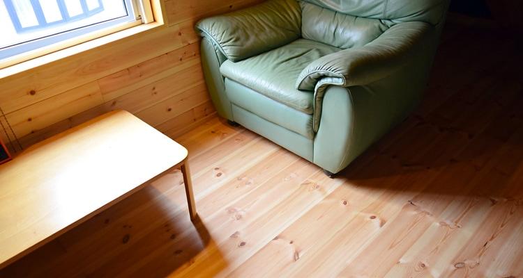 レッドパインフローリングのあるロフト寝室