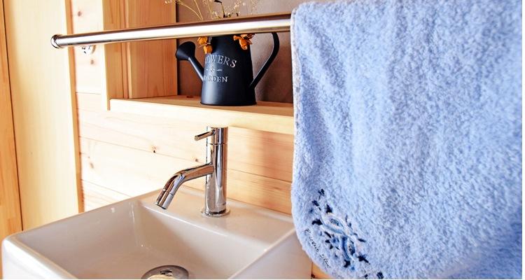 レッドパイン羽目板糸面の洗面台付近