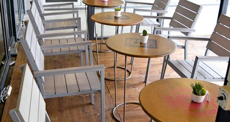 レッドパインフローリングBグレード塗装のテーブルのある風景