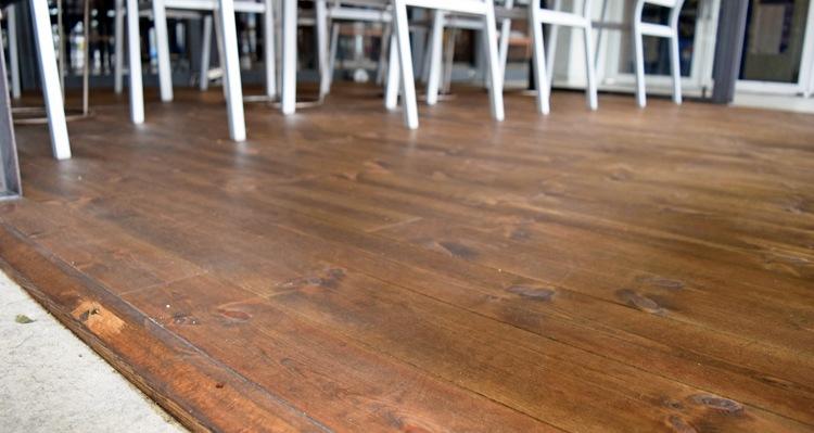 レッドパインフローリングBグレード塗装の床視点